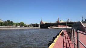 莫斯科河和克里姆林宫天,莫斯科,俄罗斯--莫斯科普及的见解  股票视频