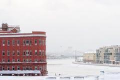 莫斯科河和城市 斯诺伊冬日 免版税库存图片
