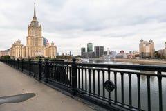 莫斯科河和它的堤防 从Novoarbatskiy桥梁的看法 前苏联旅馆`乌克兰`的著名摩天大楼 免版税库存照片