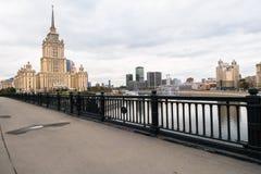 莫斯科河和它的堤防 从Novoarbatskiy桥梁的看法 前苏联旅馆`乌克兰`的著名摩天大楼 库存图片