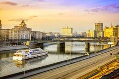 莫斯科河和白宫 免版税库存照片
