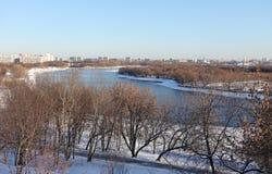 莫斯科河在冬天 Kolomenskoye,莫斯科 免版税库存图片