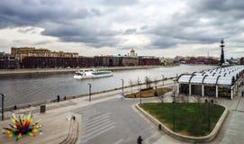 莫斯科河在多暴风雨的天气的码头视图 免版税库存图片