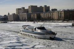 莫斯科河堤防的冬天视图和巡航乘快艇在被冰的水的航行 图库摄影