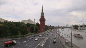 莫斯科河的堤防在克里姆林宫和每日交通,莫斯科,俄罗斯附近的 影视素材