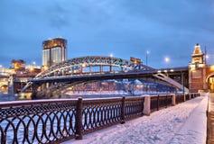 莫斯科河的堤防在Andreevsky桥梁附近的 免版税库存图片