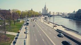 莫斯科河的堤防的全景,去汽车 股票录像
