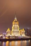 莫斯科河的堤防的斯大林主义摩天大楼晚上 图库摄影