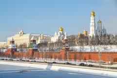 莫斯科河的堤防,塔的克里姆林宫的疆土的看法和教会作为一张名片  库存照片