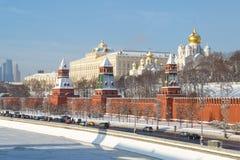 莫斯科河的堤防,塔的克里姆林宫的疆土的看法和教会作为一张名片  免版税库存图片