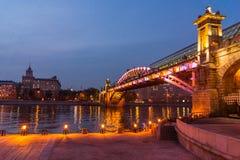 莫斯科河的堤防 Andreevsky桥梁在晚上 图库摄影