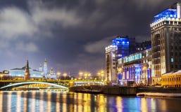 莫斯科河的夜视图 库存照片