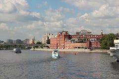 莫斯科河的看法,修造巧克力工厂`红色10月`和Bersenevskaya堤防 免版税库存图片