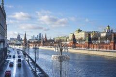 莫斯科河看法在克里姆林宫墙壁附近的 莫斯科河是俄罗斯西部河  库存照片