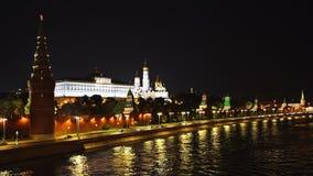 莫斯科河码头和交通在克里姆林宫墙壁前面在晚上 UHD -4K 莫斯科 俄国 股票视频