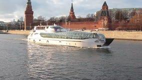 莫斯科河船在克里姆林宫附近的游览电车 影视素材