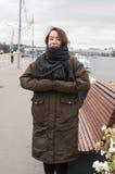 莫斯科河银行的女孩  免版税库存图片