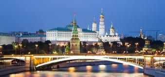 莫斯科河,伟大的石桥梁和克里姆林宫,莫斯科,俄罗斯的夜视图 库存照片