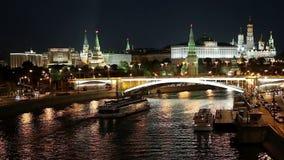 莫斯科河,伟大的石桥梁和克里姆林宫,莫斯科,俄罗斯的夜视图 股票录像