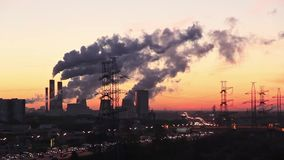 莫斯科沿工业风景边缘走在日出 股票录像
