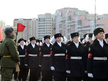 莫斯科状态宿舍的学生为11月7日的游行做准备在红场 免版税图库摄影