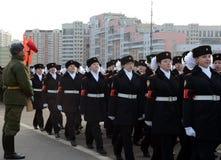 莫斯科状态宿舍的学生为11月7日的游行做准备在红场 免版税库存照片