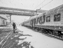莫斯科符拉迪沃斯托克火车在驻地 有孩子的一个人登陆 免版税库存图片