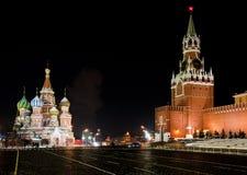莫斯科红场,圣蓬蒿寺庙和Spasskaya夜视图  库存照片