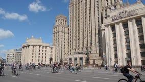 莫斯科自行车节日 带来从各自的许多参加者的公开事件 股票录像