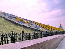 莫斯科花卉时钟和圣乔治教会2011年5月 免版税库存照片