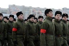 莫斯科苏沃洛夫军校的学生为11月7日的游行做准备在红场 免版税库存图片