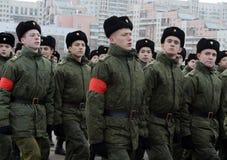 莫斯科苏沃洛夫军校的学生为11月7日的游行做准备在红场 免版税库存照片