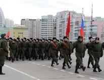 莫斯科苏沃洛夫军校的学生为11月7日的游行做准备在红场 库存照片