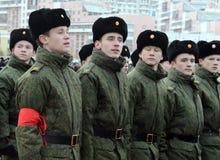 莫斯科苏沃洛夫军校的学生为11月7日的游行做准备在红场 库存图片