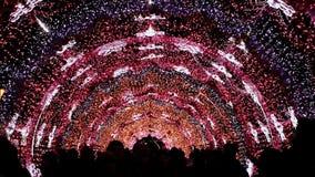 莫斯科街道用照明设备和光曲拱装饰新年和圣诞节假日 市民是 股票视频