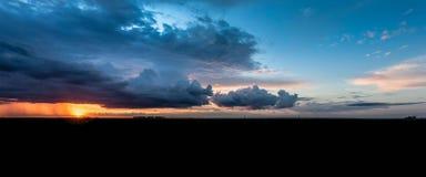 莫斯科郊区全景在夏天 红色夏天日落和天空与大云彩 免版税库存图片