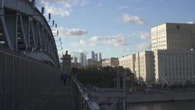 莫斯科都市风景 俄国国防部,莫斯科市穿过从高尔基公园的商业区和桥梁莫斯科河全部 影视素材