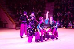 莫斯科马戏游览在冰的 俄国棍子的杂技演员 库存照片