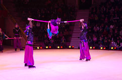 莫斯科马戏游览在冰的 俄国棍子的杂技演员 库存图片