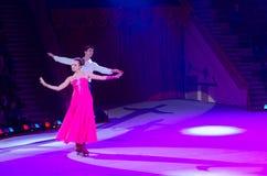 莫斯科马戏游览在冰的 跳舞夫妇表现  免版税库存图片