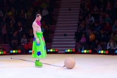 莫斯科马戏的小丑表现在冰的在游览中 免版税库存照片