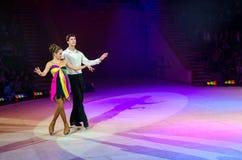 莫斯科马戏跳舞夫妇表现在冰的 免版税库存图片