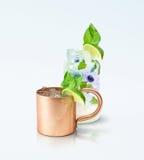 莫斯科骡子杯子和Mojito 库存照片