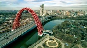 莫斯科鸟瞰图有现代缆绳被停留的Zhivopisny桥梁的 免版税库存照片