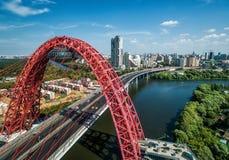 莫斯科鸟瞰图有现代缆绳被停留的Zhivopisny桥梁的 库存图片