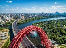 莫斯科鸟瞰图有缆绳被停留的Zhivopisny桥梁的 免版税库存图片