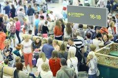 """莫斯科,俄罗斯†""""6月13日:乘客预计在机场谢列梅2整理, 免版税库存照片"""