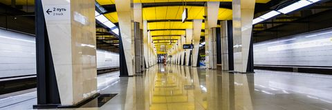 莫斯科,俄罗斯可以26日2019年,新的地铁壮观的现代大厅在明亮的颜色装饰的Shelepiha:黄色, 图库摄影