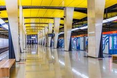 莫斯科,俄罗斯可以26日2019年,新的地铁壮观的现代大厅在明亮的颜色装饰的Shelepiha:黄色, 免版税图库摄影