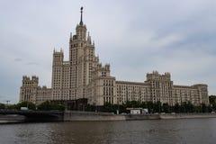 莫斯科,俄罗斯可以25,2019年,莫斯科议院著名历史大厦堤防或斯大林摩天大楼的 库存图片